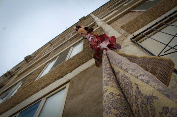 В Актау грабитель покинул квартиру по связанным коврам (2 фото)