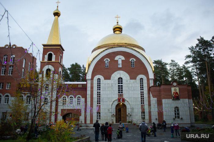 В Екатеринбурге священнослужитель построил 7-этажную школу на деньги прихожан (5 фото)