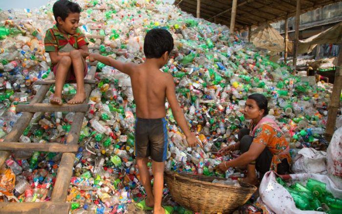 Сборка мусора в Дакке (11 фото)