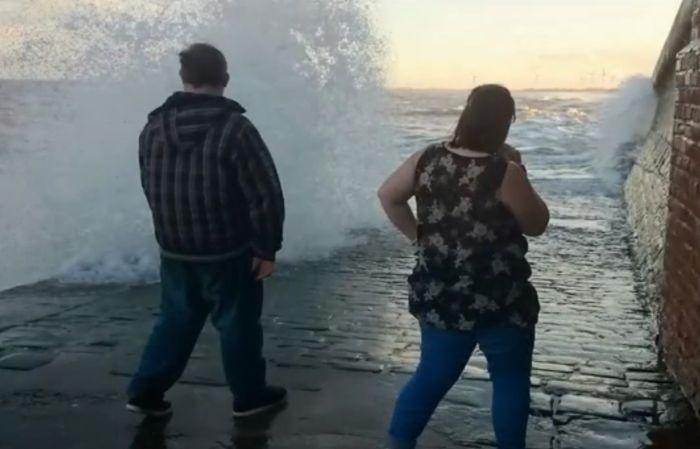 Большие волны затянули женщину в море (13 фото)