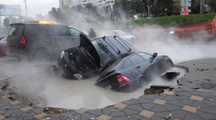 В Самаре два автомобиля провалились в яму с кипятком (3 фото)