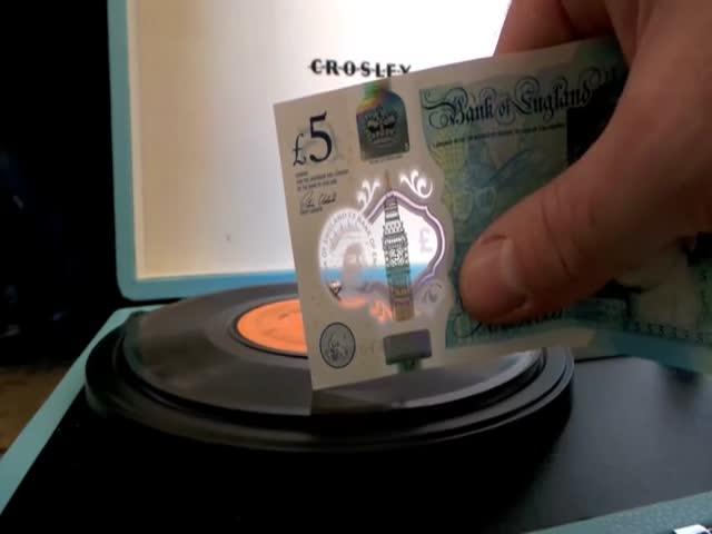 Пластиковые фунты проигрывают музыку с пластинки