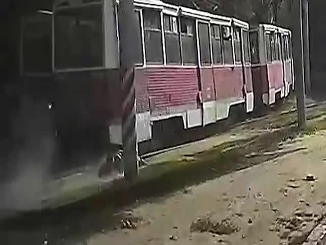 В Саратове трамвай протащил парня по рельсам