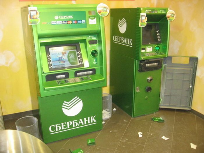kraja deneg drilled box 02 Savings Bank announced a new way to steal money from ATMs (2 photos)