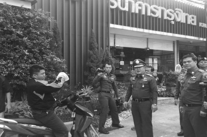 В Таиланде грабитель банка выбросил большую часть украденных денег за ненадобностью (6 фото)