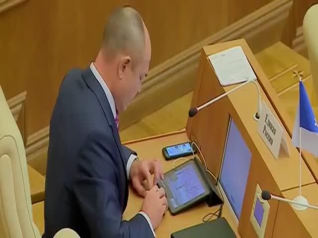 Во время заседания депутат играл на двух гаджетах одновременно