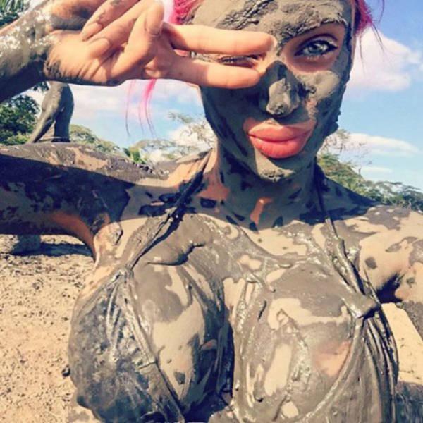 Девушки, испачканные грязью (35 фото)