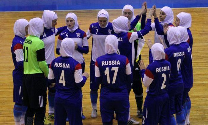 Сборная России по женскому мини-футболу надела хиджабы (5 фото)