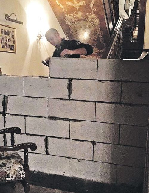 Российский бизнесмен разделил бетонной стеной дом на рублевке (4 фото)