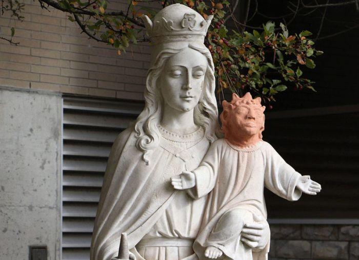В Канаде к изуродованной статуе Иисуса прилепили голову Мэгги Симпсон (2 фото)