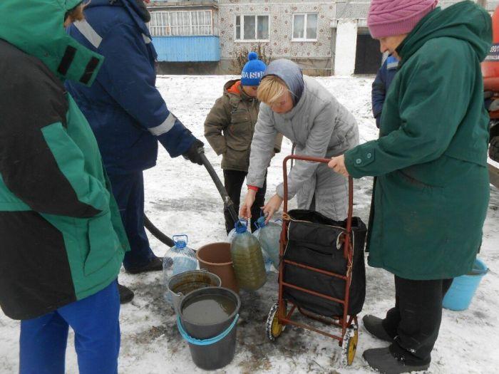 Жителям Омской области питьевую воду привезла ассенизаторская машина (2 фото)