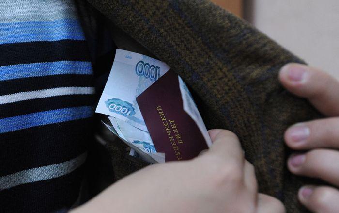 В Приморье двух студенток приговорили к ограничению свободы за дачу взятки (2 фото)