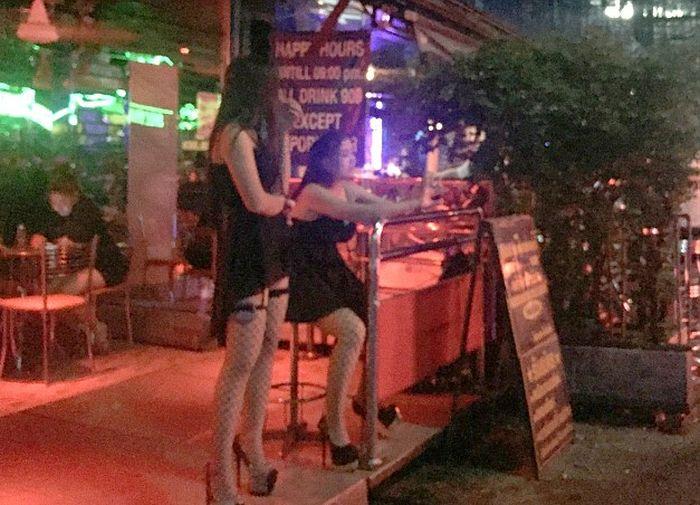 Проститутки Таиланда надели траурные одежды (3 фото)