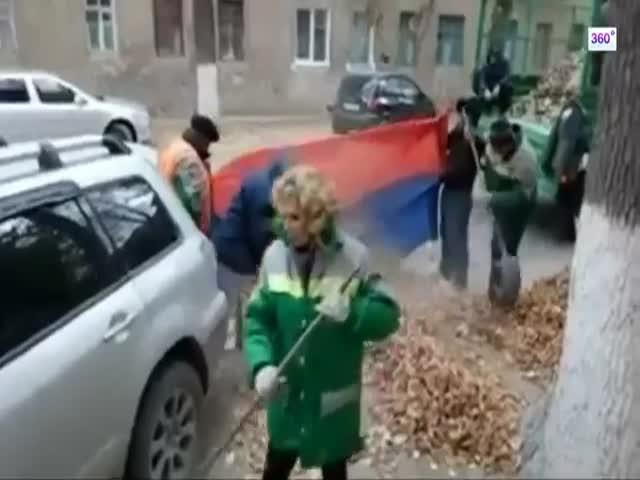 В Волгограде упавшую листву собирали в российский флаг