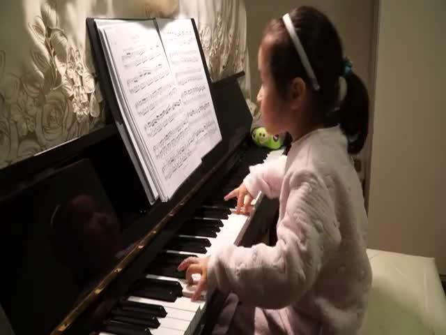 5-летняя девочка прекрасно играет на пианино