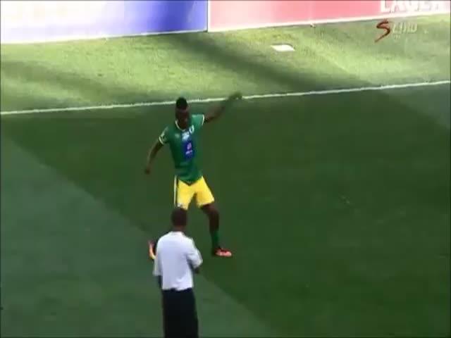 Футболист получил желтую карточку за необычный финт