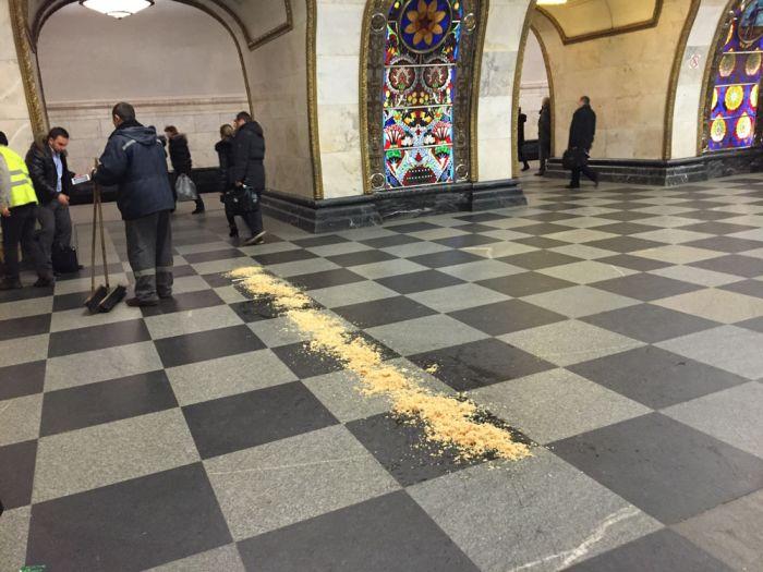 Зачем по полу российского метро разбрасывают опилки (2 фото)