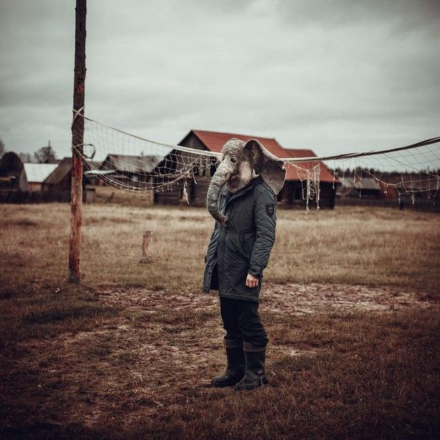 «Пьяный хобот»: человек в маске слона фотографируется в грустных местах России (13 фото)