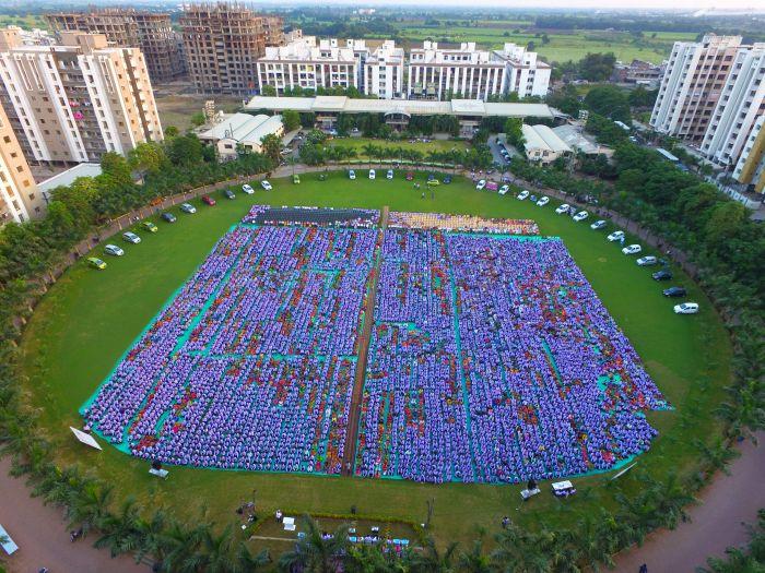 Индийский предприниматель подарил сотрудникам своей компании 1260 машин и 400 квартир (4 фото)
