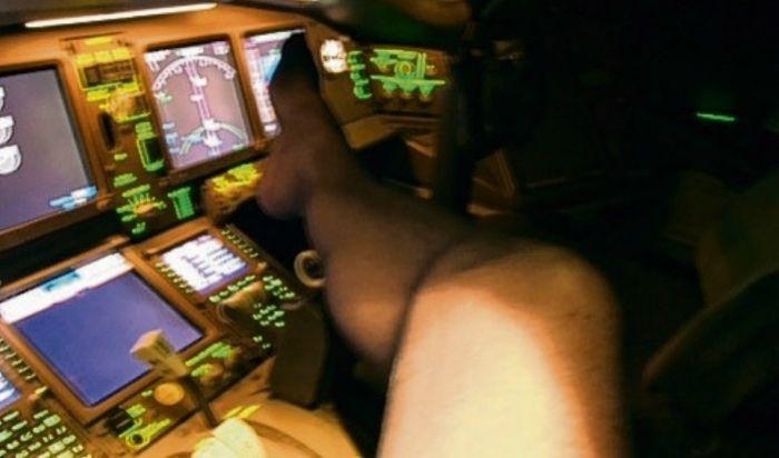 В Великобритании пилота отстранили от работы за непристойные фото на рабочем месте (3 фото)
