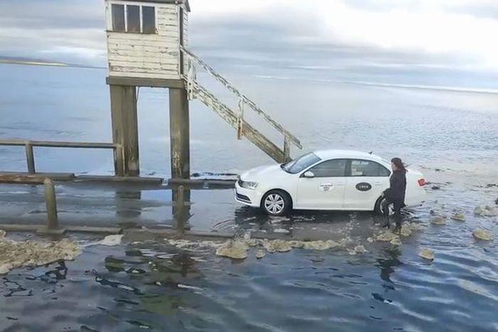 Прилив застал туристов врасплох (5 фото)