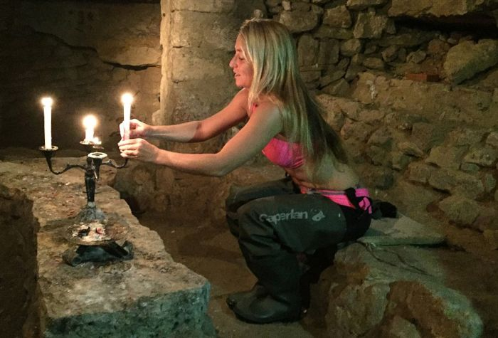 Американка в бикини исследует парижские катакомбы (13 фото)