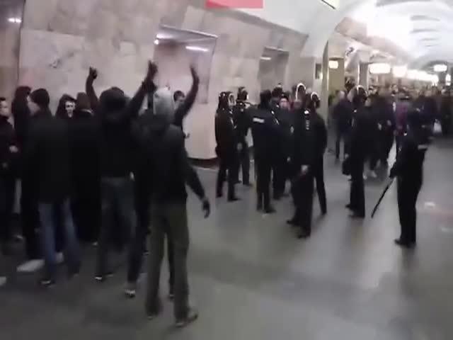 Полиция разгоняет фанатов на станции «Новокузнецкая» в Москве