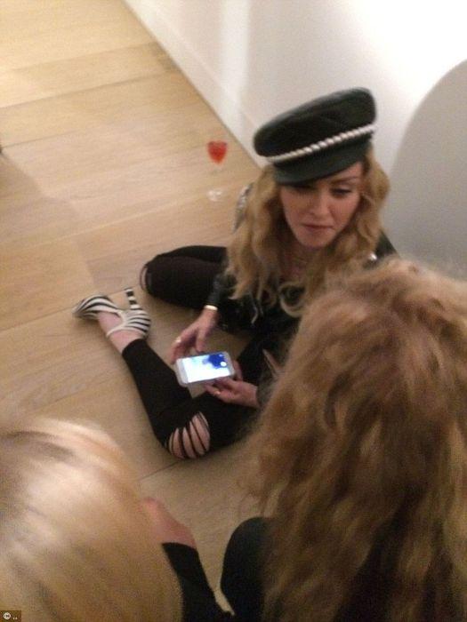 Пьяная Мадонна на фотовыставке в Лондоне (6 фото)