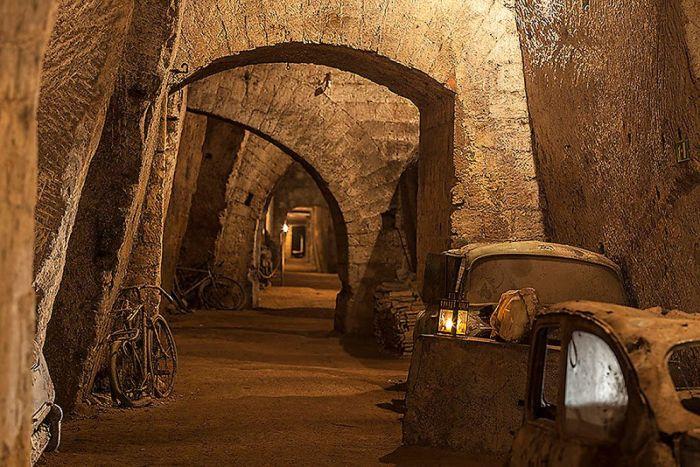 Необычная штрафстоянка в центре Неаполя (14 фото)