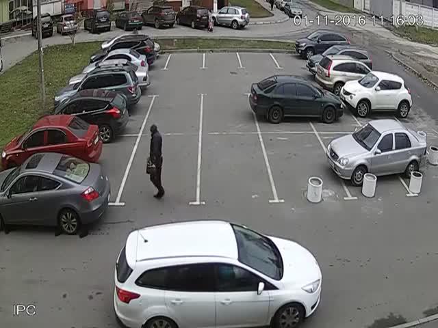 В Харькове средь бела дня неизвестные подожгли автомобиль