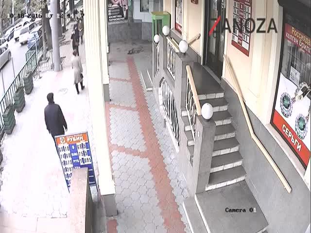 Драка мужчины с подростками в Бишкеке