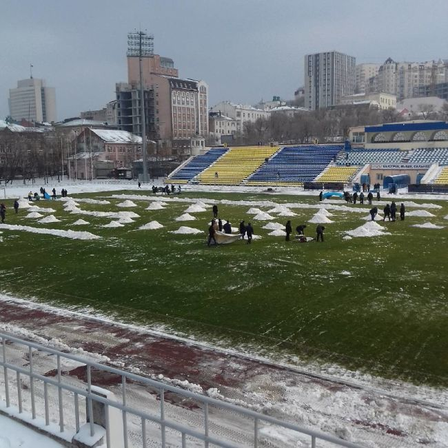 Во Владивостоке фанаты помогли расчистить от снега футбольное поле (3 фото)