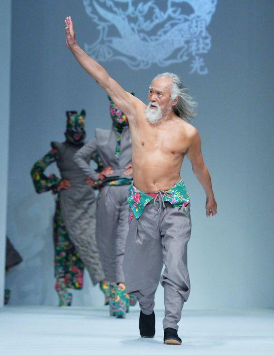 80-летний китаец покоряет модные подиумы страны (6 фото)