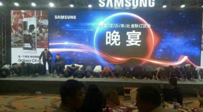 В Китае сотрудники Samsung встали на колени, извиняясь за провал Galaxy Note 7 (фото)
