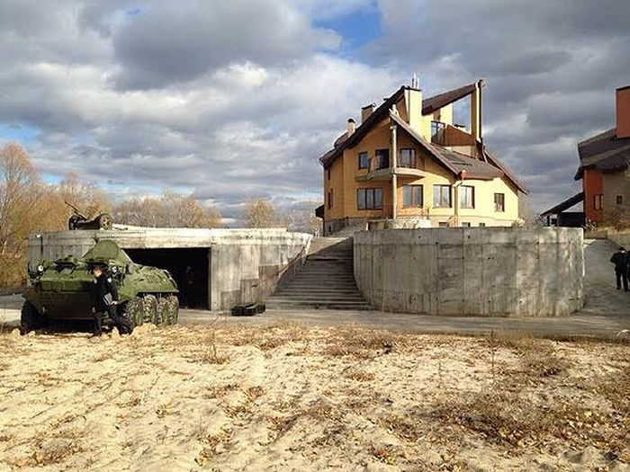 Под Киевом найден склад интернет-магазина, продававшего оружие и боеприпасы (7 фото + видео)