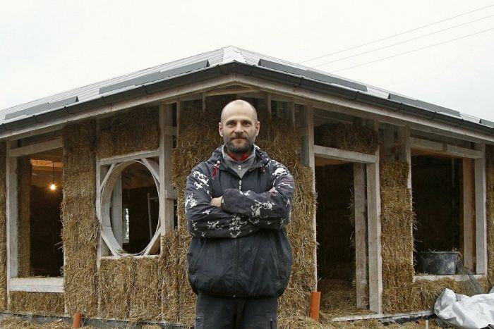 Во Владикавказе бизнесмен строит дом из соломы (14 фото)