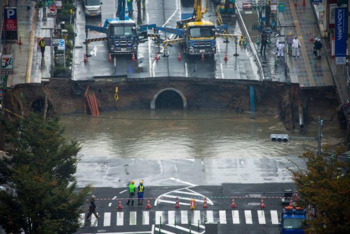 Обвал грунта на шоссе в Японии (6 фото + видео)