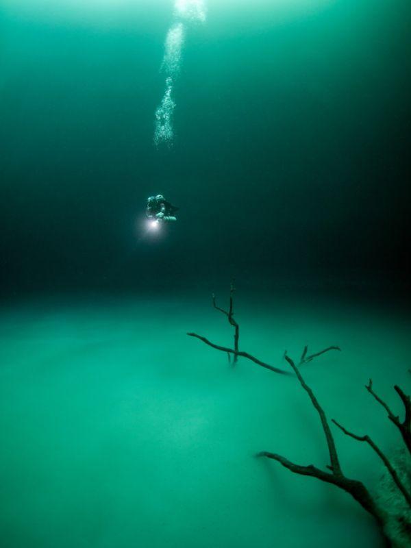 Загадочное «озеро» в затопленной пещере (6 фото)