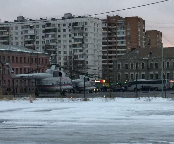 Вертолет Дмитрия Медведева у станции метро «Бауманская» (4 фото)