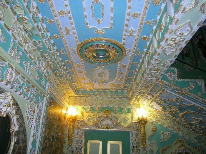 Настоящий музей в подъезде обычной киевской многоэтажки (5 фото)