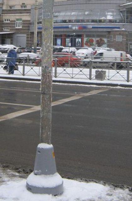 В Санкт-Петербурге чиновники «очистили» столб от рекламы с помощью графического редактора (4 фото)