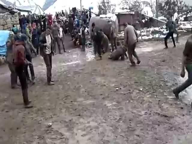 Танец в грязи на свадьбе