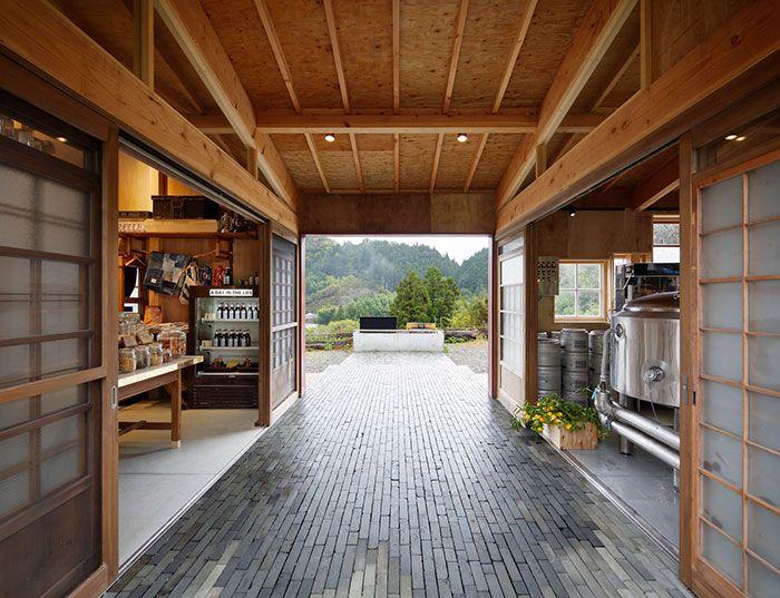 В Японии появился бар, построенный из мусора (9 фото)