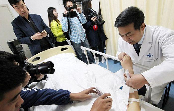 Китайские врачи вырастили ухо на руке пациента (3 фото)