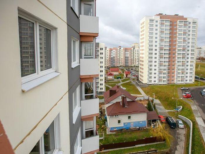 Житель Белоруссии отстоял свой дом под Минском (4 фото)