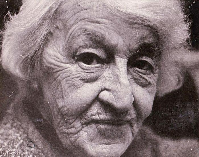 Женщина сохранила молодость и красоту в 69 лет (2 фото)