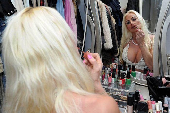 Британка потратила 125 000 долларов, чтобы стать похожей на Барби (12 фото)