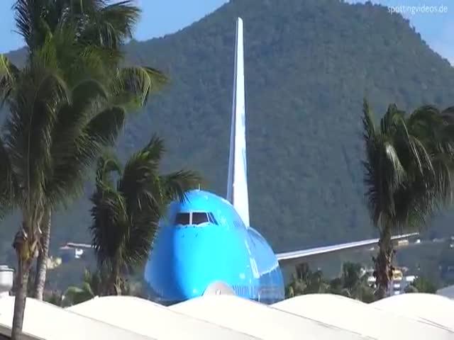 Самолет сдул людей с пляжа