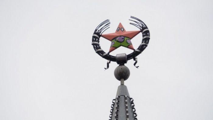 В Воронеже ищут вандалов, превративших советскую звезду в Патрика из «Губки Боба» (3 фото)