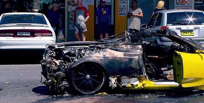 Пока мужчина тушил свой Ferrari, у него украли деньги и ноутбук (9 фото)